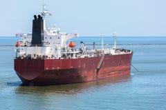 Нефтяной танкер красного цвета на анкере Стоковые Фото