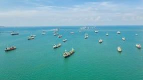 Нефтяной танкер, топливозаправщик газа в открытом море Грузовой корабль индустрии рафинадного завода, вид с воздуха, Таиланд, в э стоковые фотографии rf