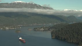 Нефтяной танкер Burrard, горы 4K UHD побережья сток-видео