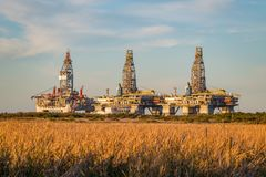 Нефтяные платформы ждать в порте Aransas, TX стоковые фото