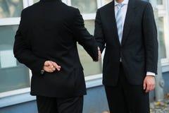 Нечестный бизнесмен тряся руки с партнером Стоковое Изображение RF