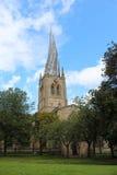 Нечестный шпиль на St Mary и всей церков Святых в Chesterfield стоковые фотографии rf