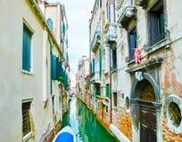 Неясное изображение изображения венецианских каналов с шлюпками через канал Стоковая Фотография RF