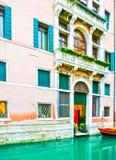Неясное изображение изображения венецианских каналов с шлюпками через канал Стоковые Фотографии RF