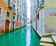 Неясное изображение изображения венецианских каналов с шлюпками через канал Стоковые Изображения