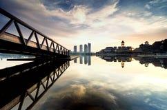 Неясное изображение, красивое утро во время восхода солнца на береге озера, отражение на озере Стоковые Фото