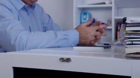 Неясное изображение менеджера в комнате офиса делая жесты рукой нервный и неусидчивый акции видеоматериалы