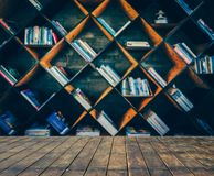 Неясное изображение много старых книг на книжных полках в библиотеке Стоковое Изображение