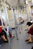 Неясное изображение светлого тонового изображения пассажиров в поезде стоковые изображения rf