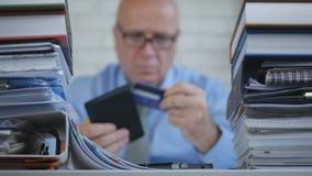Неясное изображение с бизнесменом принимая из кредитных карточек от его бумажника стоковое фото