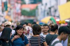 Неясное изображение толпы людей на уличном рынке Малакка, стоковое изображение rf