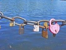 Не будет забыта старая влюбленность, сердца на цепи в парке реки Стоковое Фото