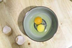 Не вареное яйцо в шаре Стоковая Фотография RF