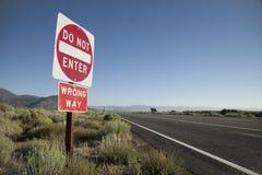 ` Не вписывает дорожный знак ` пути неправды ` ` Стоковые Изображения RF