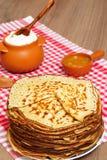 Неделя блинчика Блинчики, мед и бак с сметаной Стоковое Фото