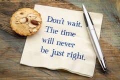 Не ждите Время никогда не будет как раз право стоковые фото