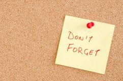 Не забудьте сообщение на Pinboard Стоковая Фотография
