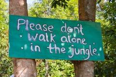 Не идите самостоятельно в знак джунглей Стоковое фото RF