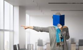 Не может принять она глаза с книги Мультимедиа Стоковое Фото