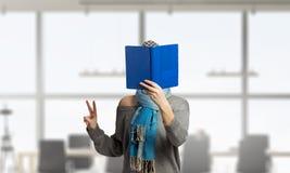 Не может принять она глаза с книги Мультимедиа Стоковое Изображение RF