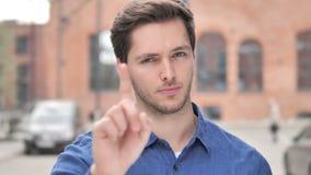 Не, молодой человек отвергая предложение путем развевать палец видеоматериал