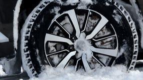 Не обитая автошина зимы в глубоком детализированном снеге Стоковые Фото