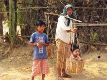 Недоверчивый взгляд Бирма - мать и дети Стоковая Фотография RF