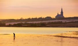 Не определенная персона катаясь на коньках на замороженном озере Стоковое Изображение RF