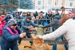 Не определенные местные люди принимать состязание во время торжества Maslenitsa в Bryansk Стоковые Фото