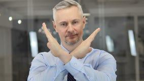 Не, серый бизнесмен волос отвергая предложение путем развевать палец сток-видео