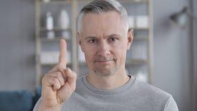 Не, серый человек волос отвергая предложение путем развевать палец видеоматериал