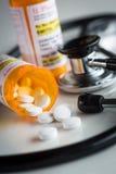 Не-собственнические бутылки рецепта медицины и разлитые пилюльки Стоковое Изображение