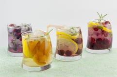 4 не спиртных коктеиля плодоовощ аранжировали на зеленой таблице w Стоковые Фотографии RF