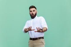 Не я! Стильный бородатый человек с сотрясенный Бизнесмен изумляя сторону, смотря камеру стоковая фотография rf