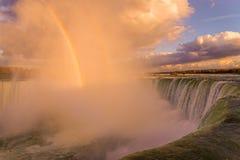 Ниагарский Водопад освещает вверх красиво по мере того как солнце устанавливает Стоковые Изображения