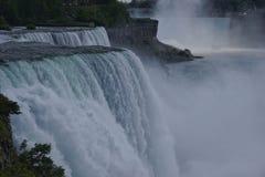 Ниагарский Водопад от американской стороны, взгляд от парка штата Ниагары на американце падает, Bridal падения вуали, остров козы Стоковые Фотографии RF
