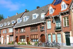 Нидерландские дома с велосипедами в городе Эйндховена стоковые изображения rf