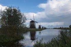 Нидерландское Kinderdijk - ветрянки и водяной канал Стоковые Изображения