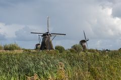 Нидерландское Kinderdijk - ветрянки и водяной канал Стоковое Фото