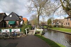 НИДЕРЛАНДЫ - 13-ое апреля: Намочите деревню в Giethoorn, Нидерландах 13-ого апреля 2017 Стоковое Изображение