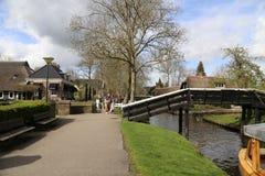 НИДЕРЛАНДЫ - 13-ое апреля: Намочите деревню в Giethoorn, Нидерландах 13-ого апреля 2017 Стоковое Изображение RF