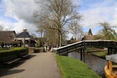 НИДЕРЛАНДЫ - 13-ое апреля: Намочите деревню в Giethoorn, Нидерландах 13-ого апреля 2017 Стоковое Фото