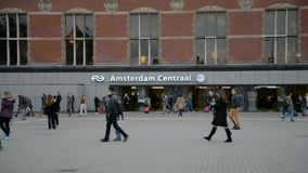 Нидерланды amsterdam 15-ое октября 2017 Центральная станция Амстердама сток-видео