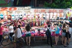 Нижнее белье покупки молодых женщин, Вьетнам Стоковые Изображения