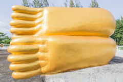 Нижние ноги возлежа статуи Будды золотой в Таиланде Стоковое фото RF