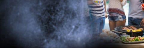 Нижние части тела Millennials на bbq с голубым grunge переводят Стоковые Фото