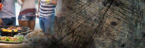 Нижние части тела millennials на bbq с коричневым grunge переводят Стоковые Фото