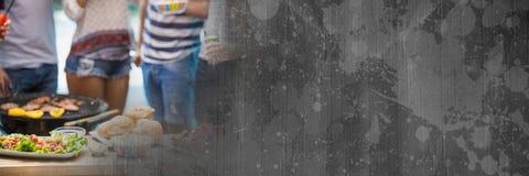 Нижние части тела Millennials на bbq с серым картоном переводят Стоковые Фотографии RF