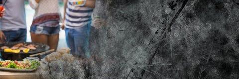 Нижние части тела Millennials на bbq с серым grunge переводят Стоковые Фото