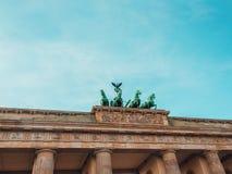 Нижний взгляд Бранденбургских ворот в Берлине с голубым небом позади стоковые изображения